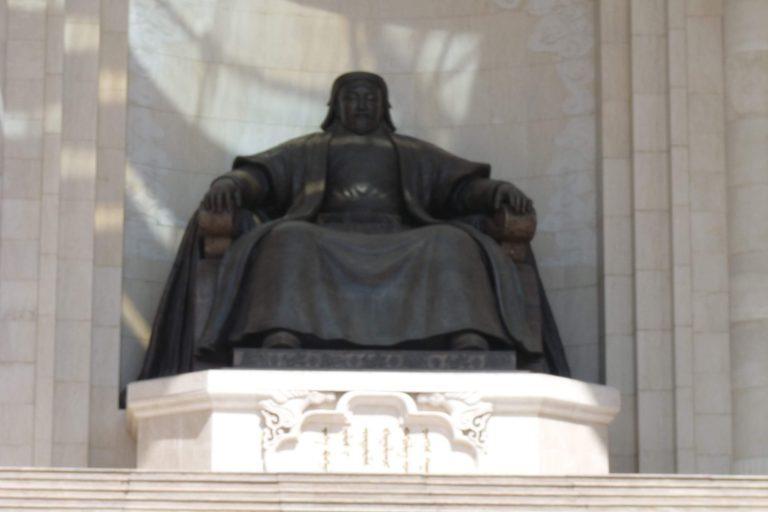 Figura de Gengis Kan en la capital de mongolia